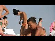 Topless mujer con grandes tetas en la playa