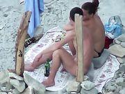 El sexo oral en la playa se filma voyeur