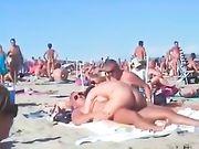 Porno en la playa con una pareja amateur.