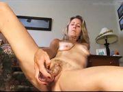 Una hermosa rubia madura se masturba delante de la cámara