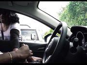 Chica mira a un hombre negro masturbándose en el carro
