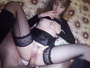 Guy hace sexo con la joven novia de la universidad y eyacula en su coño