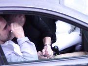 Una esposa es sorprendida haciendo trampas haciendo una mamada a un amante en auto