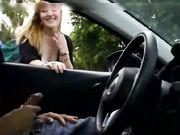 Se filma a una rubia mientras frota la polla de una cámara oculta en un automóvil