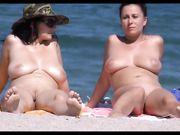 Mujeres maduras en topless son filmadas en la playa