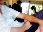 Una joven novia hace sexo oral en transporte publico